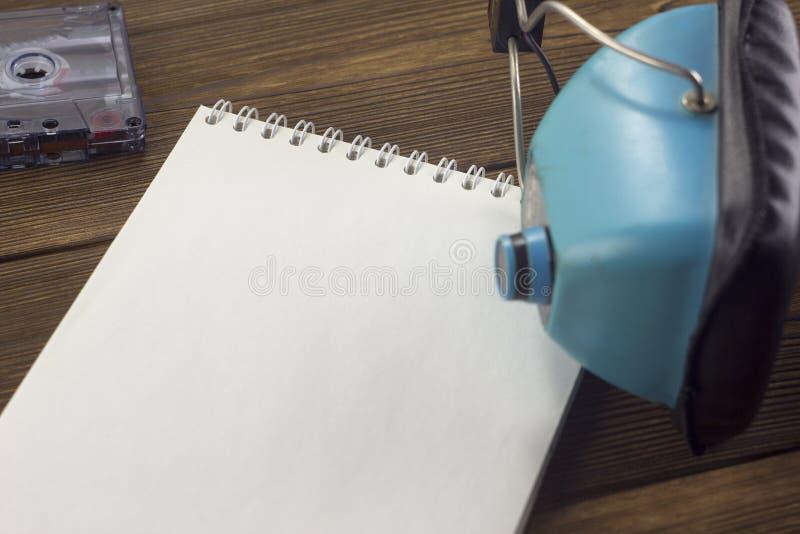 Παλαιό ακουστικό σημειωματάριο ακουστικών και ακουστικός ήχος υποβάθρου κασετών ξύλινος στοκ εικόνα