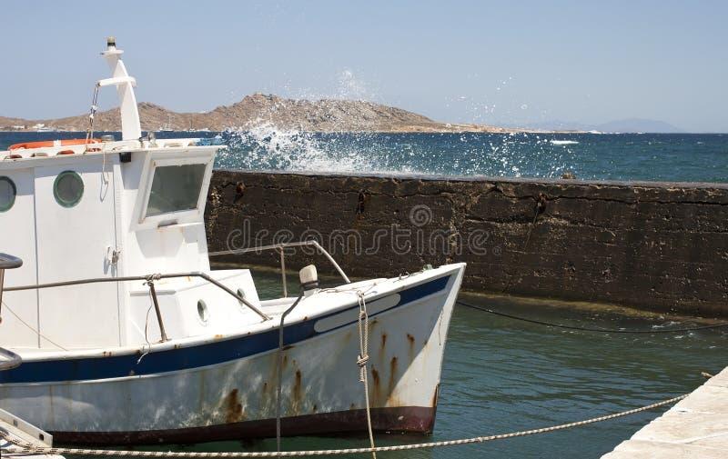 Παλαιό αλιευτικό σκάφος στο λιμάνι στοκ εικόνα