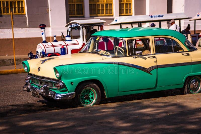 Παλαιό αμερικανικό κλασικό αυτοκίνητο στο κεντρικό πάρκο Cienfuegos Jose Marti Επαρχία Cienfuegos, Κούβα στοκ φωτογραφίες