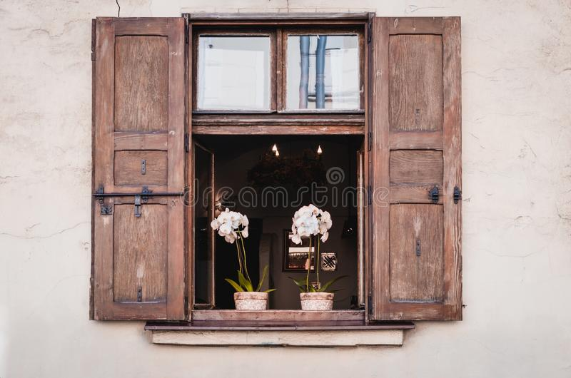 Παλαιό αναδρομικό παράθυρο με τα ξύλινα παραθυρόφυλλα στην ελαφριά ορχιδέα φ τοίχων στοκ εικόνες με δικαίωμα ελεύθερης χρήσης