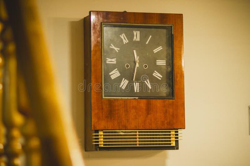 Παλαιό αναδρομικό ρολόι στον τοίχο στοκ φωτογραφία