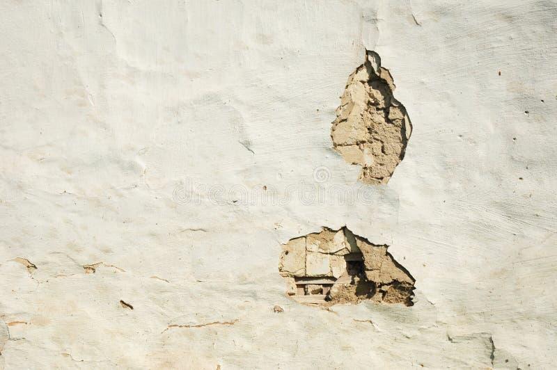 Παλαιό ασβεστοκονίαμα сhalk σπιτιών άσπρο κατασκευασμένο με τις τρύπες και τις ρωγμές στοκ φωτογραφίες