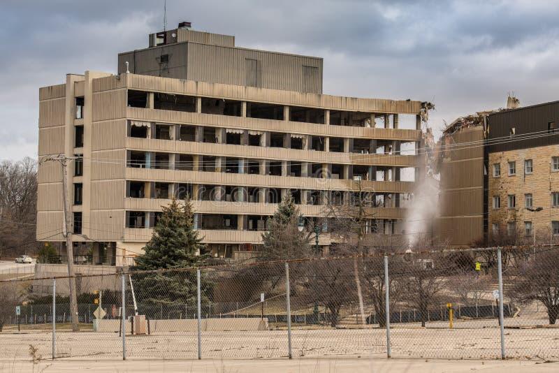 Παλαιό ασημένιο διαγώνιο νοσοκομείο που κατεδαφίζεται στη διαδρομή 6 σε Joliet, Ιλλινόις στοκ φωτογραφίες με δικαίωμα ελεύθερης χρήσης