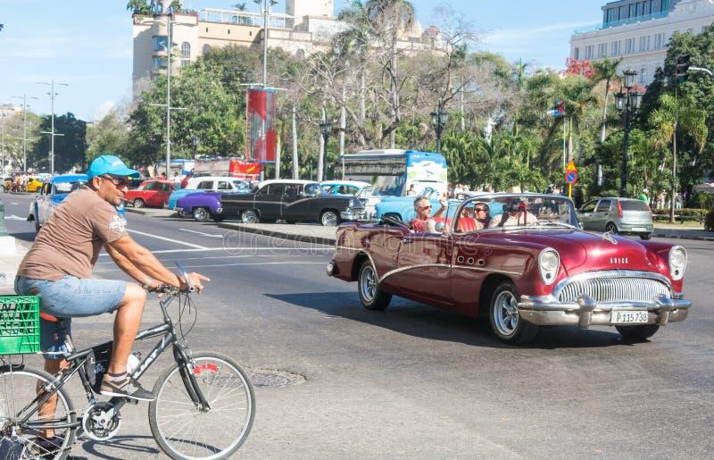 Παλαιό αυτοκίνητο της δεκαετίας του '50 που κυκλοφορεί στην παλαιά Αβάνα στοκ εικόνα με δικαίωμα ελεύθερης χρήσης