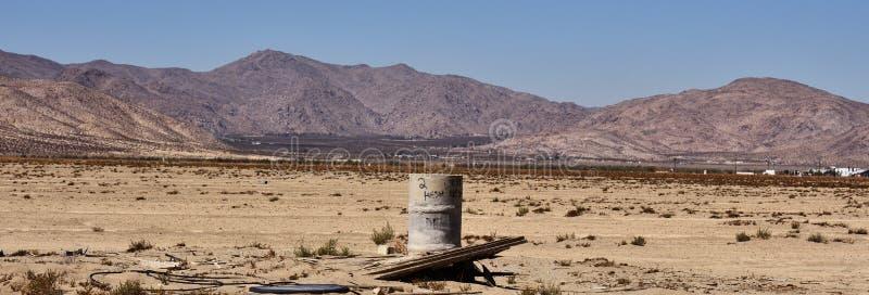 Παλαιό βαρέλι στην έρημο Βρώμικα συντρίμμια στοκ εικόνες με δικαίωμα ελεύθερης χρήσης