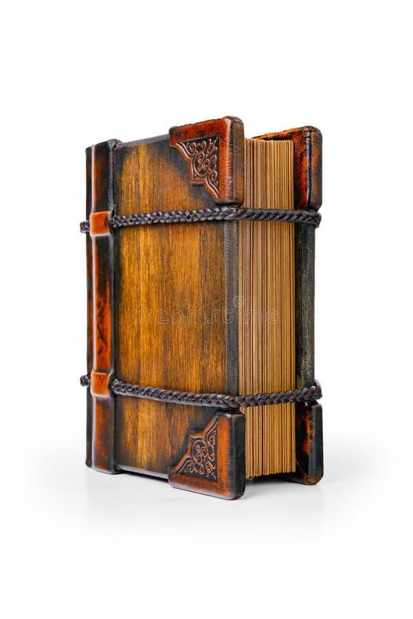 Παλαιό βιβλίο με την ξύλινη κάλυψη, γωνίες δέρματος, που κλειδώνονται με τα πλεγμένα λουριά δέρματος στοκ εικόνες