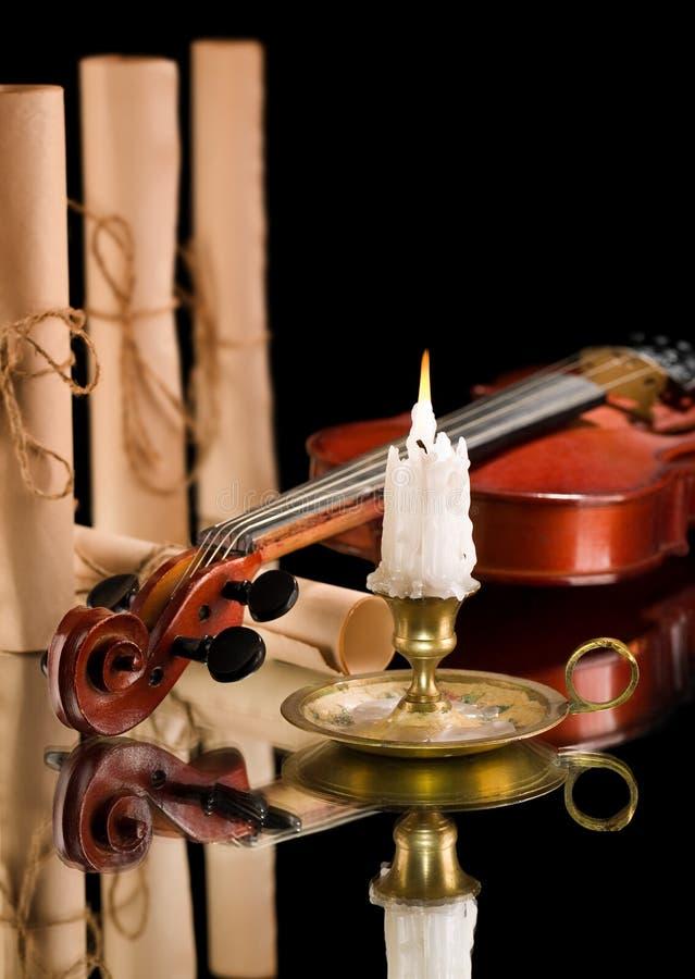 παλαιό βιολί κυλίνδρων εγγράφου ond κεριών witn στοκ εικόνες
