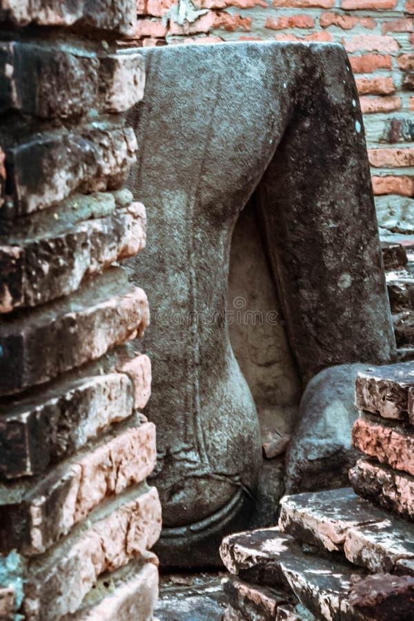 Παλαιό βουδιστικό άγαλμα στο παλαιό υπόβαθρο παγοδών στοκ φωτογραφία με δικαίωμα ελεύθερης χρήσης