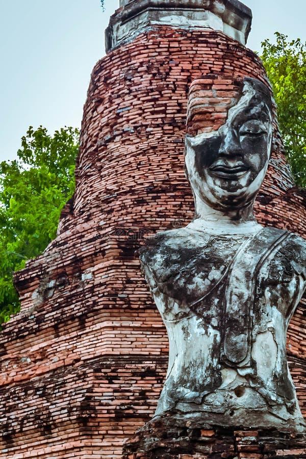 Παλαιό βουδιστικό άγαλμα στο παλαιό υπόβαθρο παγοδών στοκ εικόνα με δικαίωμα ελεύθερης χρήσης
