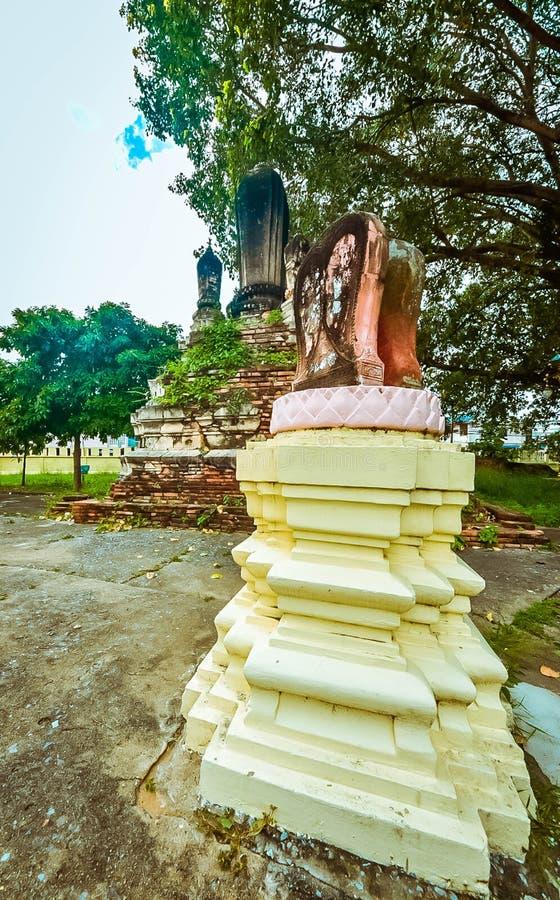 Παλαιό βουδιστικό άγαλμα στο παλαιό υπόβαθρο παγοδών στοκ εικόνα