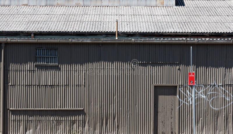Παλαιό γκρίζο ζαρωμένο κτήριο σιδήρου στοκ φωτογραφίες