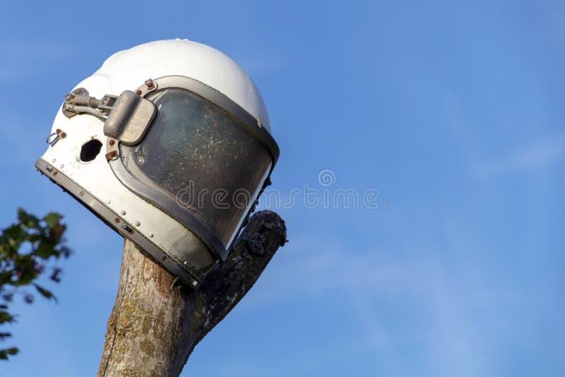 Παλαιό διαστημικό κράνος στο υπόβαθρο μπλε ουρανού στοκ φωτογραφία