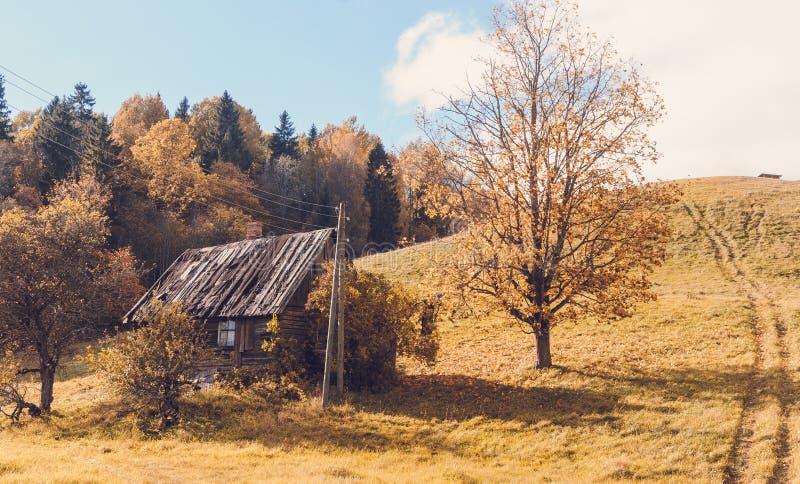 Παλαιό εγκαταλειμμένο αγροτικό σπίτι κάτω από το λόφο στοκ εικόνα