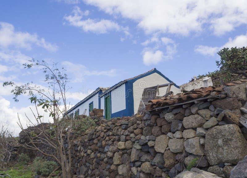 Παλαιό εγκαταλειμμένο αγρόκτημα, παραδοσιακό αγροτικό σπίτι με τον τοίχο stine στο τ στοκ φωτογραφίες με δικαίωμα ελεύθερης χρήσης