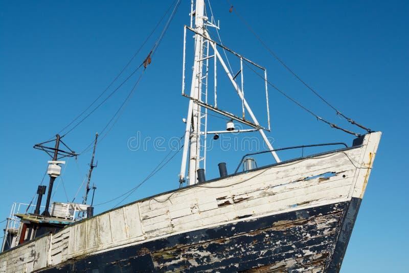 Παλαιό εγκαταλειμμένο αλιευτικό σκάφος στην ξηρά στοκ φωτογραφία
