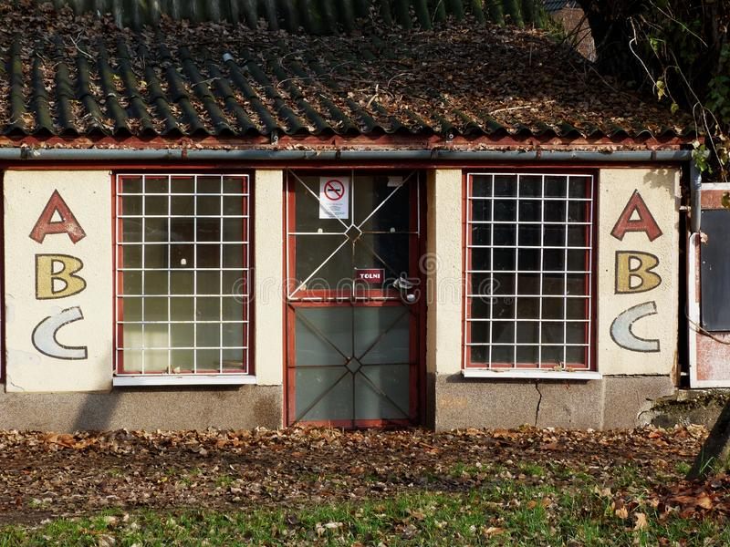 Παλαιό εγκαταλειμμένο αποσυντιθειμένος πτωχεύσαν μανάβικο στην κακή μορφή στοκ εικόνες