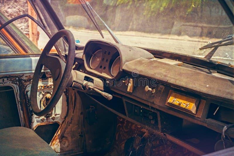 Παλαιό εγκαταλειμμένο εσωτερικό αυτοκινήτων που καλύπτεται με τη σκόνη στοκ εικόνες