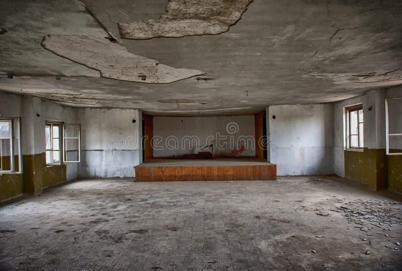 Παλαιό εγκαταλειμμένο θέατρο, τρομακτικό συχνασμένο παλαιό σπίτι στοκ εικόνα με δικαίωμα ελεύθερης χρήσης