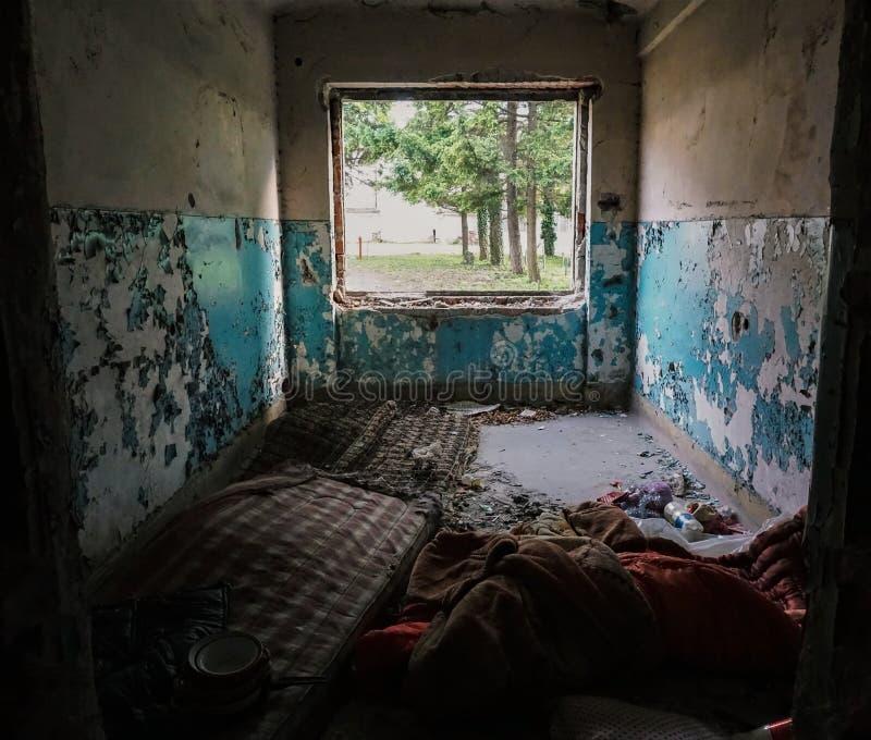 Παλαιό, εγκαταλειμμένο κτήριο που κατοικείται από το άστεγο στοκ εικόνες με δικαίωμα ελεύθερης χρήσης