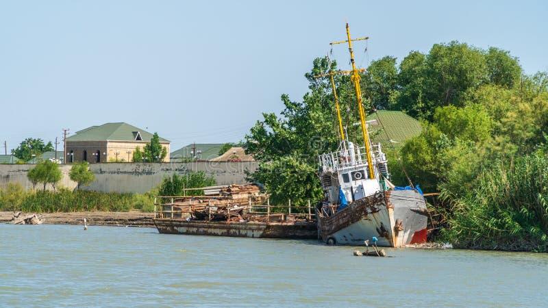 Παλαιό εγκαταλειμμένο σκάφος στην όχθη ποταμού στοκ εικόνες