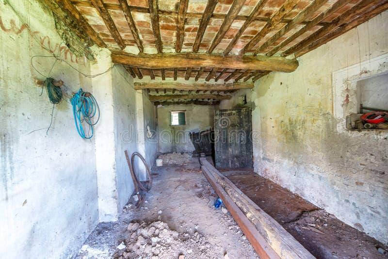 Παλαιό εγκαταλειμμένο σπίτι, εσωτερικό στοκ εικόνες