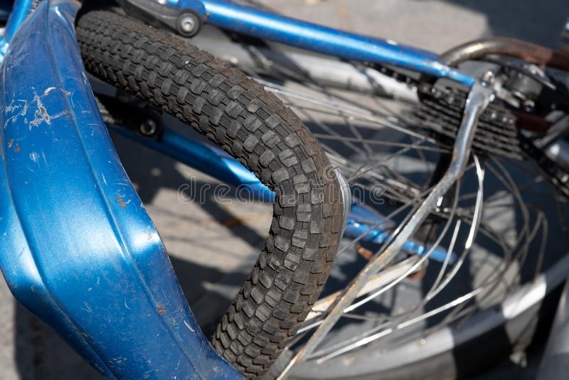 παλαιό εκλεκτής ποιότητας ποδήλατο με μια σπασμένη ρόδα στοκ εικόνες