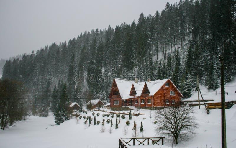 Παλαιό εκλεκτής ποιότητας χιονώδες ξύλινο σπίτι Χειμώνας δασικά βουνά στοκ εικόνες με δικαίωμα ελεύθερης χρήσης