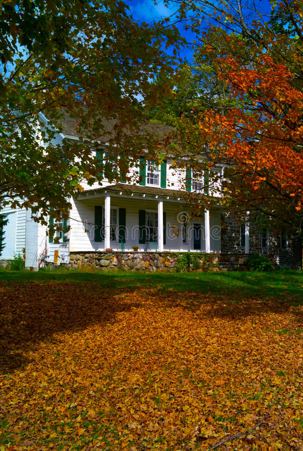 Παλαιό εξοχικό σπίτι στοκ εικόνα