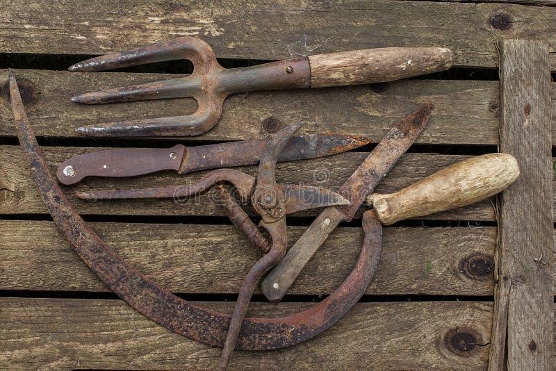 Παλαιό εργαλείο κηπουρικής σε έναν αγροτικό πίνακα στοκ φωτογραφίες
