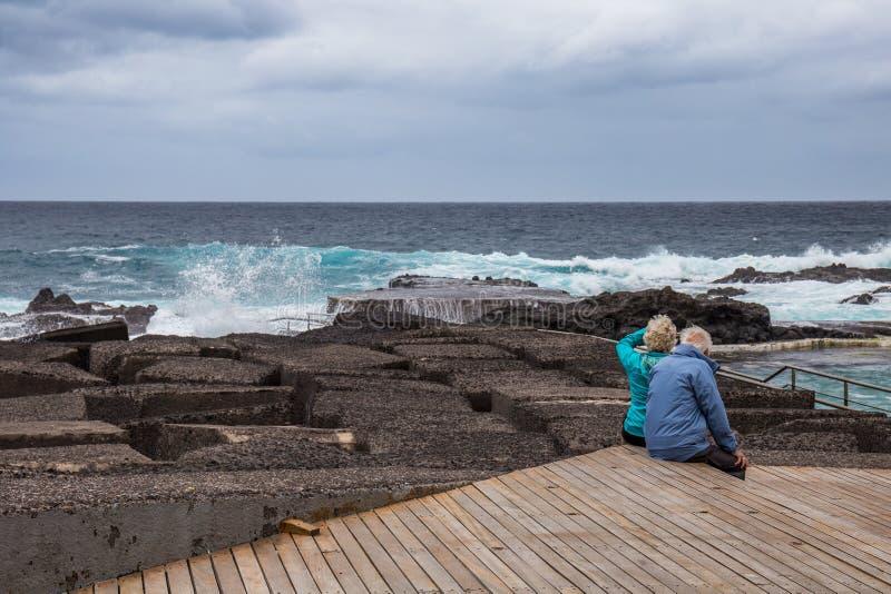Παλαιό ζεύγος που προσέχει τον ωκεανό, Mesa del Mar, Tenerife, Κανάρια νησιά, Ισπανία στοκ φωτογραφία με δικαίωμα ελεύθερης χρήσης