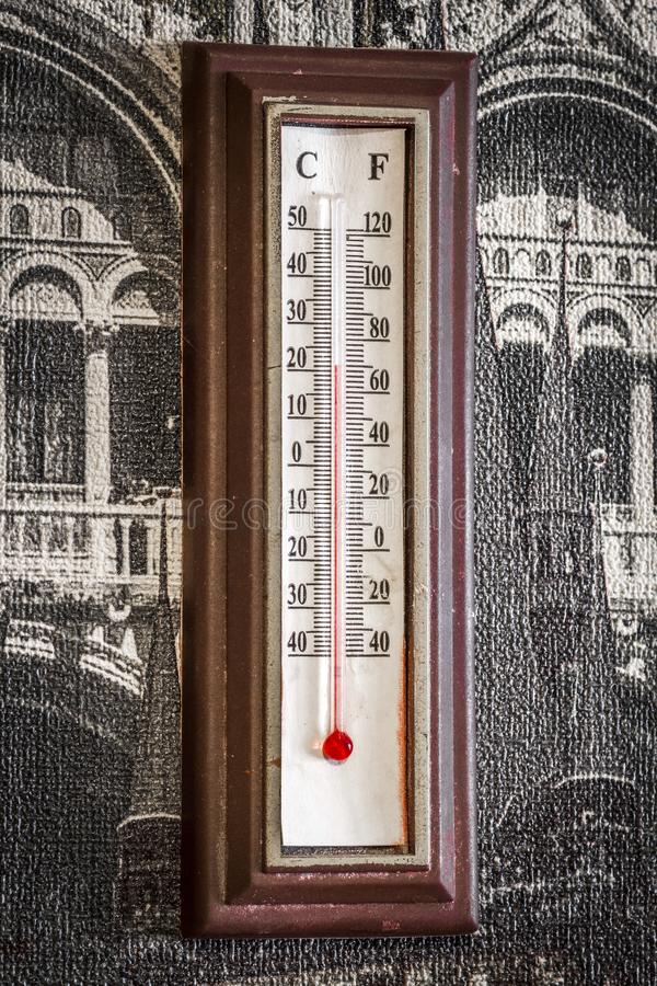 Παλαιό θερμόμετρο δωματίων στοκ φωτογραφίες