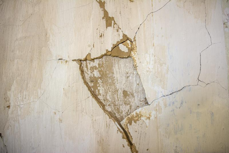 Παλαιό θρυμματισμένο ασβεστοκονίαμα στον τοίχο του σπιτιού στοκ εικόνες