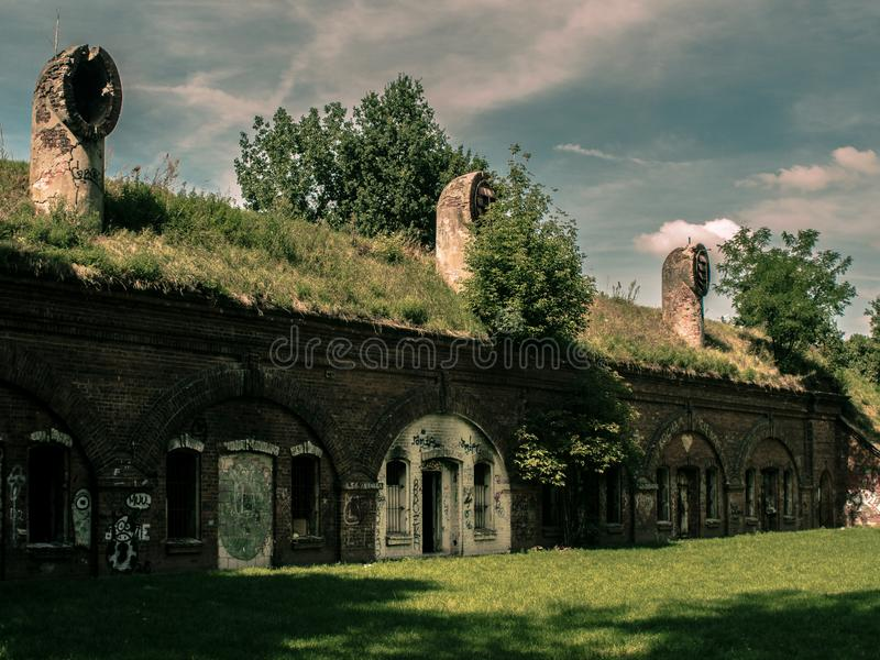 Παλαιό ιστορικό κτήριο τούβλου από τον καιρό του πολέμου στοκ φωτογραφία με δικαίωμα ελεύθερης χρήσης