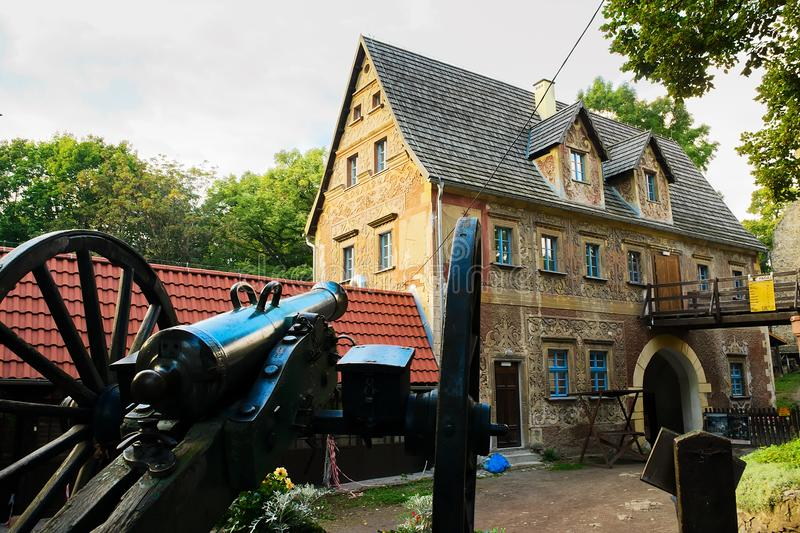 Παλαιό ιστορικό πυροβόλο στο χαμηλότερο προαύλιο του κάστρου Γκρόντνο και gatehouse κτήριο σε Zagorze Slaskie, χαμηλότερη Σιλεσία στοκ εικόνα με δικαίωμα ελεύθερης χρήσης