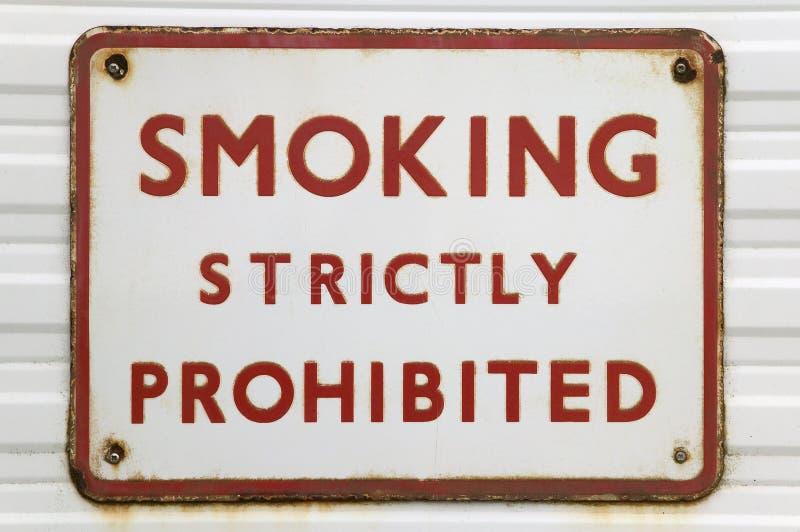 παλαιό κάπνισμα σημαδιών στοκ φωτογραφίες