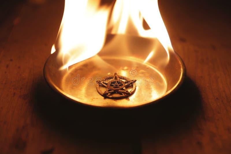 Παλαιό κάψιμο pentagram στις φλόγες στοκ εικόνες με δικαίωμα ελεύθερης χρήσης