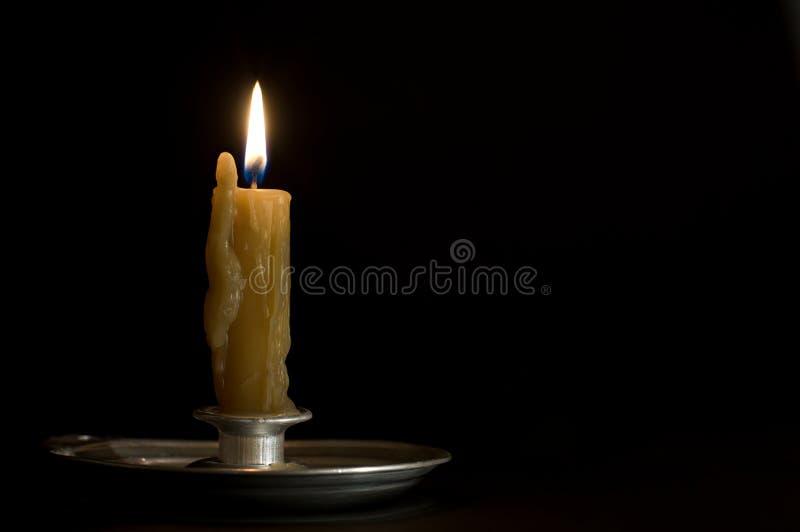 παλαιό καίγοντας μέταλλο κηροπηγίων κεριών στοκ εικόνες