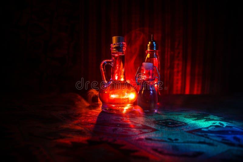 Παλαιό και εκλεκτής ποιότητας μπουκάλι γυαλιού στο σκοτεινό ομιχλώδες υπόβαθρο με το φως Δηλητήριο ή μαγική υγρή έννοια στοκ φωτογραφία με δικαίωμα ελεύθερης χρήσης