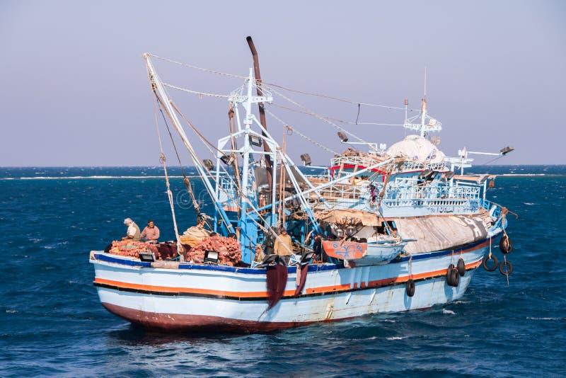 Παλαιό και σκουριασμένο αιγυπτιακό αλιευτικό σκάφος στη Ερυθρά Θάλασσα στοκ εικόνες