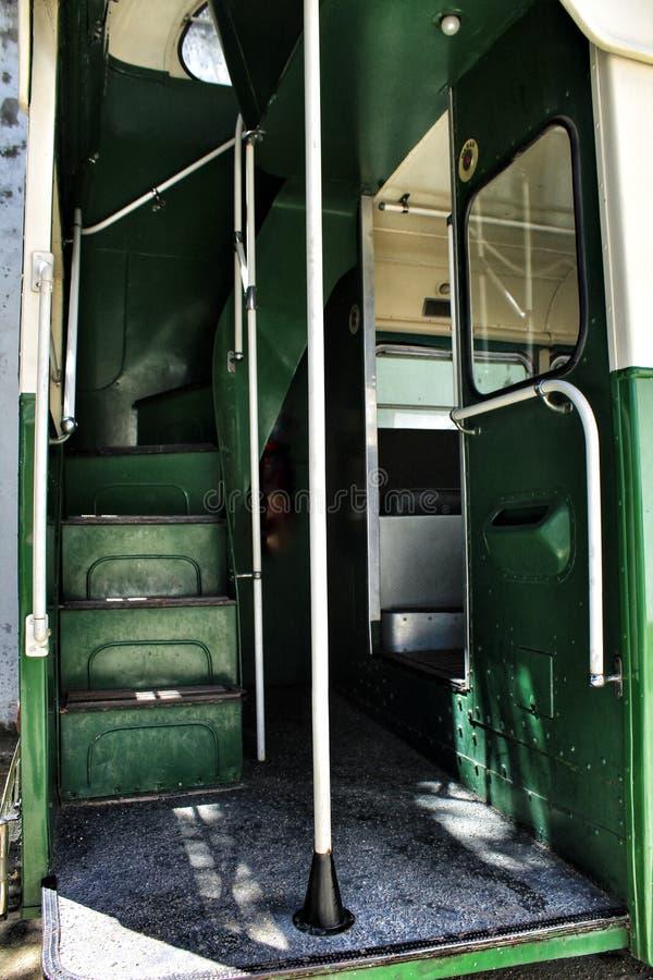 Παλαιό και σκουριασμένο εσωτερικό λεωφορείο επιβατών στοκ εικόνα
