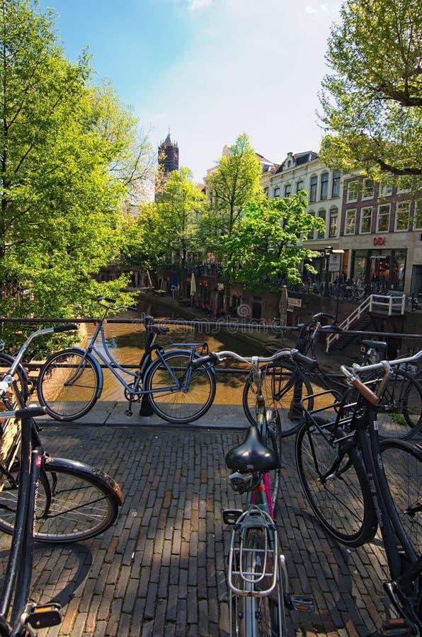 Παλαιό κανάλι πόλεων στην Ουτρέχτη Ποδήλατα στη γέφυρα Μια γραφική πόλη για την επίσκεψη των τουριστών κατά τη διάρκεια των διακο στοκ εικόνα με δικαίωμα ελεύθερης χρήσης