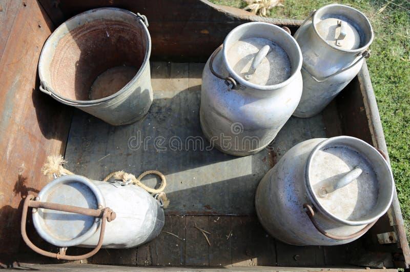 Παλαιό καρδάρι γάλακτος αργιλίου στη μεταφορά του φρέσκου γάλακτος στοκ φωτογραφία με δικαίωμα ελεύθερης χρήσης