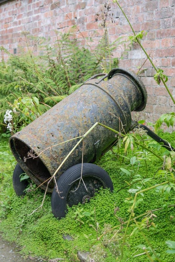 Παλαιό καρδάρι γάλακτος στον αγγλικό κήπο στοκ φωτογραφία