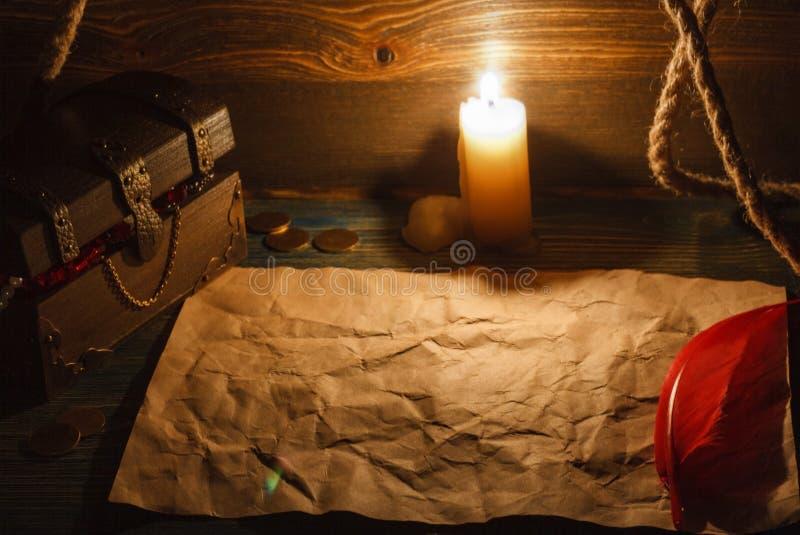 Παλαιό κενό έγγραφο θωρακικών τελών θησαυρών για έναν ξύλινο πίνακα στοκ εικόνες