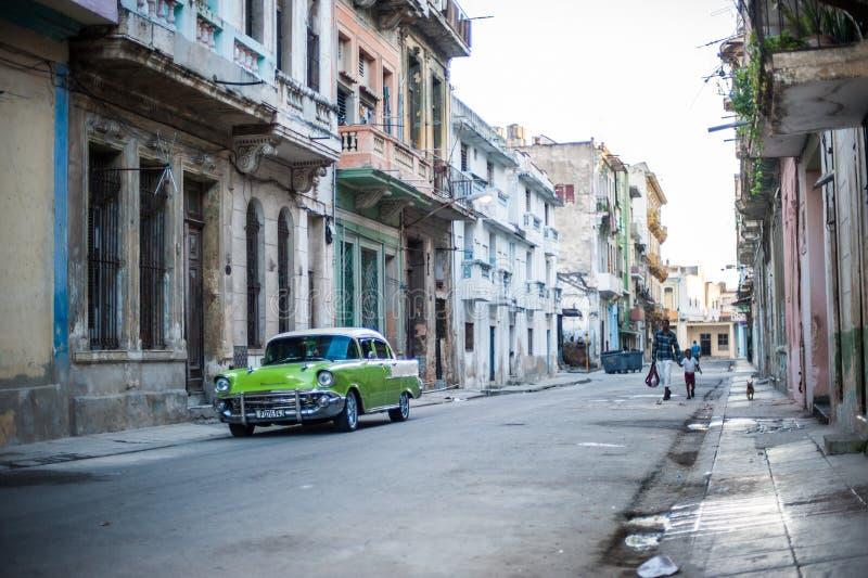Παλαιό κουβανικό αυτοκίνητο - ασβέστης πράσινος στοκ εικόνα