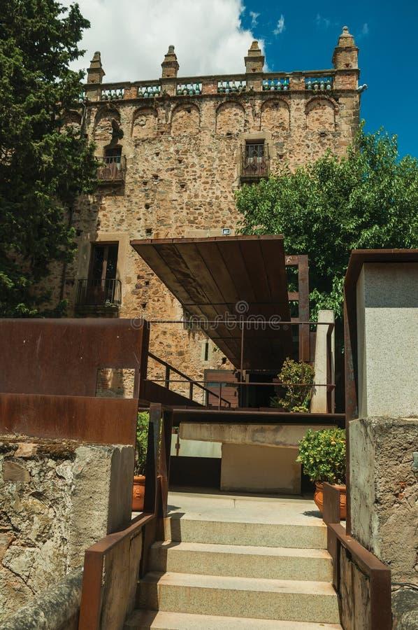 Παλαιό κτήριο και σύγχρονοι κήποι του μουσείου Caceres στοκ εικόνα με δικαίωμα ελεύθερης χρήσης