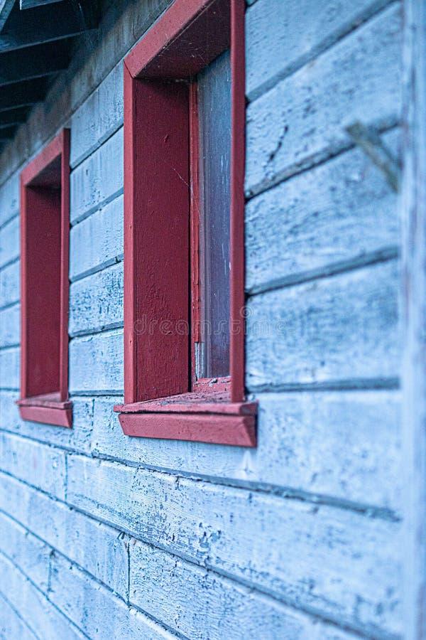 Παλαιό κτήριο μπλε ξύλινο να πλαισιώσει και την κόκκινη περιποίηση ηλικίας και που στενοχωρούνται με από το χρόνο στοκ φωτογραφία με δικαίωμα ελεύθερης χρήσης