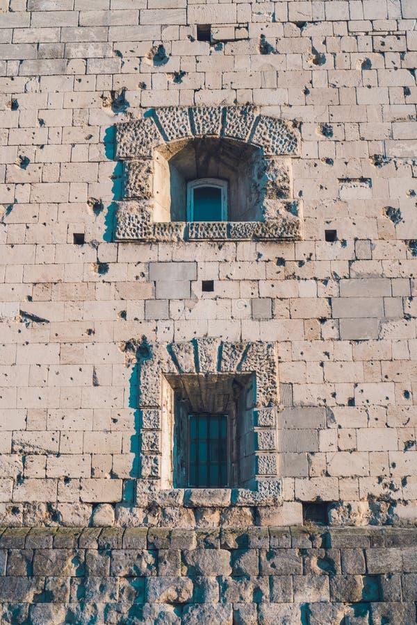 Παλαιό κτήριο πετρών με τις τρύπες και τα παράθυρα στοκ φωτογραφία με δικαίωμα ελεύθερης χρήσης