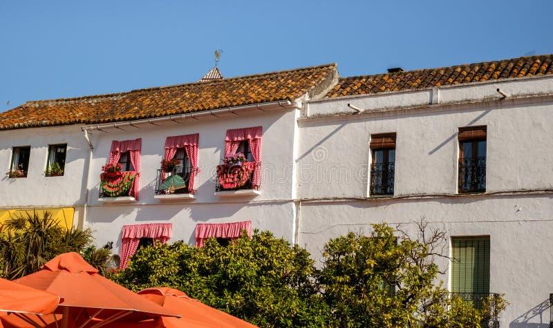 Παλαιό κτήριο στο πορτοκαλί τετράγωνο στοκ εικόνα