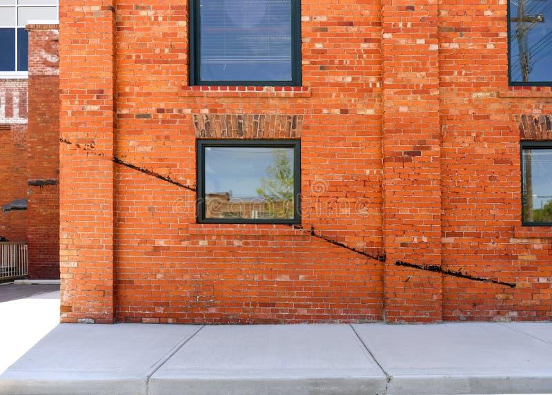 Παλαιό κτήριο τούβλου με τη ράβδωση χρωμάτων στοκ φωτογραφίες